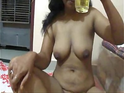 Mona Super-hot Indian Bhabhi Drinking Otter